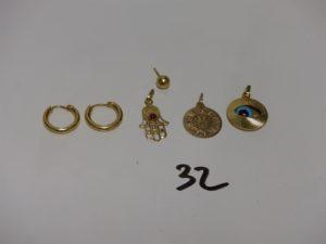 1 paire de petites créoles (un peu abîmées), 1 petite main ornée d'une pierre rouge, 1 boucle boule cabossée, 1 pendentif signe des Gémeaux et 1 pendentif motifcentral orné d'un oeil bleu. le tout en or PB 5,6g