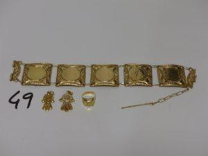 1 bracelet à motifs ouvragés (L19cm, petite soudures bas titre), 2 pendentifs mains filigranées et 1 chevalière pour enfant (td38). PB 19,1g