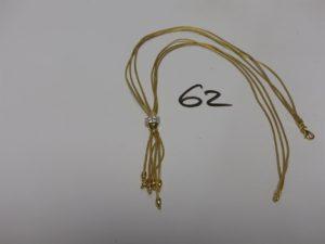 1 collier mailles palmier à 3 rangs en or, motif central orné de petites pierres et de motifs en pampille (L46cm). PB 11,8g