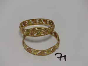 2 bracelets en or à décor de grappes de raisins (1 feuille déssoudée, diamètre 6,5cm). PB 24,6g