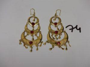 1 paire de pendants en or rehaussés de 3 pierres rouges et de petits motifs en pampille. PB 10,4g