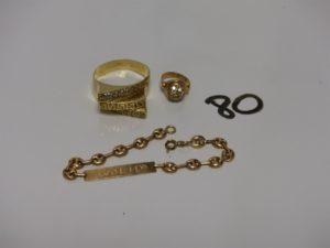 1 bracelet gourmette gravée (L15cm), 2 bagues ornées de pierres (1 pour bébé et 1 td67). Le tout en or PB 10,5g