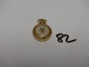 1 montre de col ou sautoir en or, à décor floral et chiffres romains. PB 10,9g