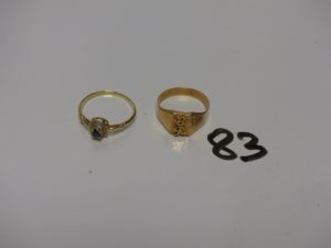 """1 chevalière gravée """"CR"""" (td53) et 1 bague ornée d'une petite pierre bleue et de petits diamants (td56). Le tout en or PB 4,2g"""