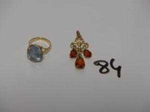 1 bague en or serti-griffes une grosse pierre bleue ciel (td56) et 1 pendentif floral en or orné de 3 pierres ambrées et d'une petite perle. PB 9,8g