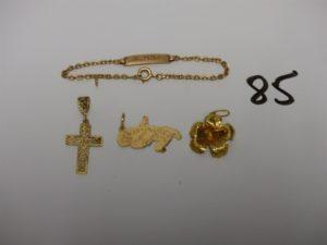 1 bracelet gourmette gravée (L14cm), 1 petite croix ouvragée, 1 pendentif carte de la Martinique. le tout en or PB 5,3g + 1 pendentif floral en or 22k 1,2g. poids total 6,6g
