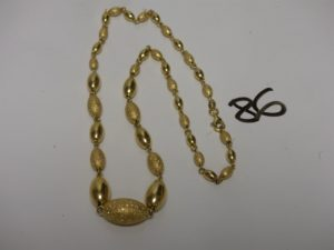 1 collier en or à décor de boules ovales en or poli et granité (L43cm). PB 9,6g