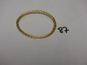 1 bracelet jonc torsadé ouvrant en or (diamètre 5/7cm, à un petit choc). PB 6,1g