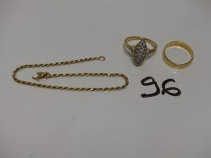 1 bracelet maille corde en or (fermoir à réparer, L19cm) 1 alliance en or (Td55) et 1 bague style marquise en or ornée d'un pavage de pierres (Td55). PB 9,1g