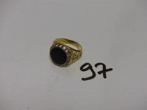 1 bague en or ornée d'une pierre noire entourage petites pierres blanches (td58). PB 8,1g