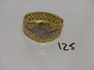 1 bracelet large articulé rigide ouvrant bicolore en or motif central à décor floral et orné de pierres (diamètre 5,5/6cm). PB 33,3g