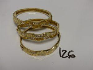 3 bracelets rigides articulés ouvrant en or motif central à décor floral et orné de petites pierres (diamètre 5/6cm). PB 33,9g
