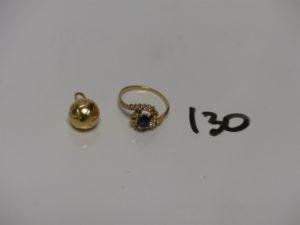 1 pendentif ballon de foot en or et 1 bague en or ornée d'une petite pierre bleue et de petits diamants (plusieurs chatons vides,Td50). PB 3,7g