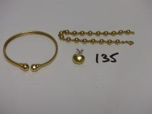 1 bracelet boules en or (L19cm) 1 bracelet esclave en or (petit choc sur la monture, diam 5/6cm) et 1pendentif en or à décor d'une pomme dont la queue est ornée d'un petit diamant. PB 21g