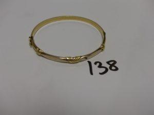 1 bracelet rigide ouvrant en or motifs central en croix (diamètre 5/6cm). PB 14,3g