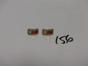 2 boucles en or ornées de pierres de couleur. PB 3,5g
