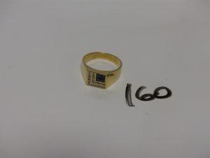 1 chevalière en or ornée de 4 petites pierres bleues et 2 rangs de petits diamants (Td66). PB 9,3g