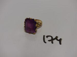 1 bague en or serti-griffes 1 pierre violette (Td51).PB 11,2g
