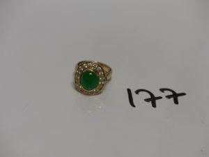 1 bague en alliage 14K ornée d'1 pierre verte cabochon entourage petites pierres blanches (Td48). PB 7,9g