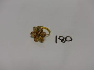 1 bague en or 22K à décor d'une fleur dont les pétales sont ornées de petites pierres de couleur (Td60). PB 6,4g