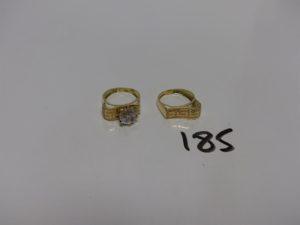 2 bagues en or : 1 rehaussée d'une pierre (Td52) et 1 ouvragée (Td52). PB 4,7g