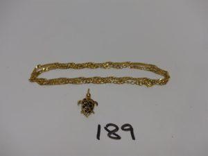 1 chaîne maille torsadée en or (L47cm) 1 pendentif en or à décor d'une tortue ornée d'une pierre centrale. PB 8,5g