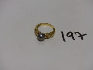 1 bague en or rehaussée d'une perle grise (Td58). PB 6,2g