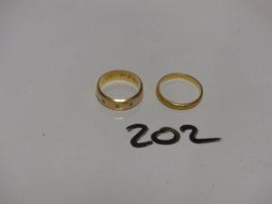 2 alliances en or (1 ornée de 3 petits diamants (Td50) et 1 ouvragée (Td53). PB 6,6g