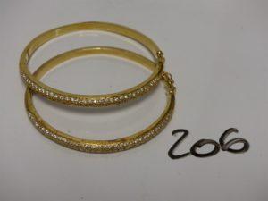 2 bracelets rigides ouvrants en or motif central orné de pierres (Diamètre 5/6cm). PB 40g