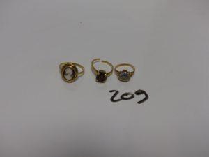 3 bagues en or : 1 ornée d'un camée à fixer (Td56) 1 ornée d'une pierre bleue ciel (Td49) 1 rehaussée d'une pierre couleur grenat monture fendue (Td52). Pb 8,2g