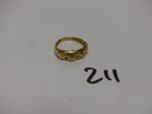 1 bague en or à décor de petites étoiles ornées de petites pierres de couleur (Td53). PB 3,1g