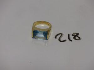 1 bague en or rehaussée d'une grosse pierre couleur bleu ciel (signée, td57). PB12g
