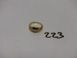 1 bague en or ornée de petits diamants et de petites pierres bleues (Td54). PB 5,7g