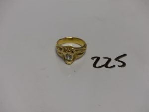 1 chevalière en or à décor d'une tête de serpent dont la bouche est sertie d'un diamant Tl ancienne d'environ 0,20ct (Td55). PB 10,6g