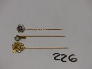 3 épingles à cravate (1 en or ornée d'une perle, 1 en or et platine à décor floral ornée d'une perle de petites pierres rouges et petits diamants TL roses et 1 en or à décor d'un dragon orné d'un petit diamant d'environ 0,10 ct. PB 7,6g