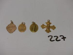 3 médailles religieuses en or (une verso gravée un peu cabossé) et 1 croix en or (petite soudure en bas titre). PB 6,4g