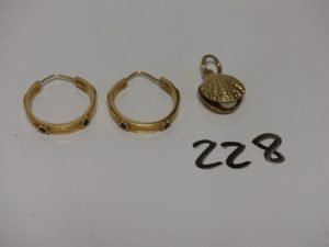 1 paire de créoles en or ornée de 4 petites pierres bleues et 1 pendentif en or à décor d'une huître ornée d'une perle. PB 8g