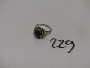 1 bague en or à décor floral orné d'une pierre bleue et de petites pierres blanches (1 chaton vide, td50). PB 4g