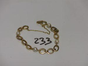 1 bracelet maille plate en or ornée de 4 perles blanches (avec chaînette de sécurité, L18cm). PB 10g