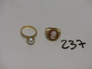 2 bagues en or : 1 rehaussée d'une perle (Td53, monture à redresser) 1 sertie d'un camée (Td54). PB 6,5g