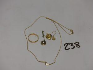 1 alliance ciselée en or (Td54) 2 pendentifs en or (1 coeur cabossé, 1 orné d'1 petite perle et de petites pierres) 1 pendant en or à décor floral, 1 collier en or motif central orné d'un petit diamant (L40cm). PB 5,6g