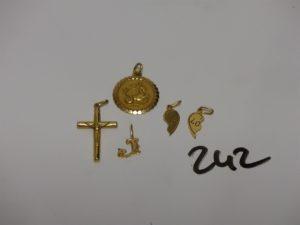 """1 lot de 5 pendentifs en or (1 signe du capricorne, 1 Christ sur croix, 1 lettre""""J"""", 2 demi-coeurs). PB 4,6g"""