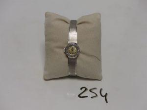 """1 montre dame de marque """"FORTIE"""" bracelet et boîtier en or blanc, lunette entourée de petits diamants (1 chaton vide, fermeture coulissante, L19cm). PB 25g (Ref. 5404 boitier intérieur usé et hors service)"""
