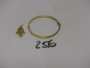 1 pendentif main en or à motif filigrané et 1 bracelet articulé ouvrant pour enfant en or (diamètre 4,5/5cm). PB 5g