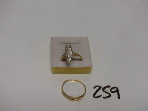 2 bagues en or : 1 marquise ornée d'un pavage de diamants (Td56) et 1 ornée de 3 petits diamants (Td64). PB 5,9g