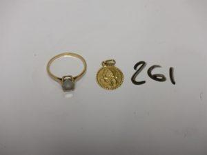 1 bague en or ornée d'une pierre (Td60) et une médaille religieuse en or (gravée au verso). PB 3,6g