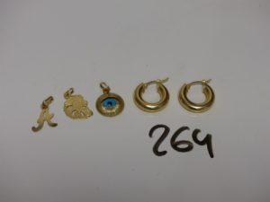3 pendentifs en or (1 lettre A en or poli et granité, 1 lion, 1 oeil orné d'une pierre bleue) et 1 paire de créole en or. PB 5,1g