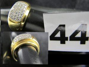 1 Bague en or, plateau décoratif ovale pavé de petits diamants (TD 54). PB 6,5g