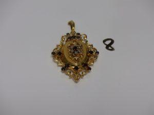 1 pendentif porte photos ouvragé et rehaussé de petites pierres grenats et petits diamants TL rose (H6cm). PB 17,3g