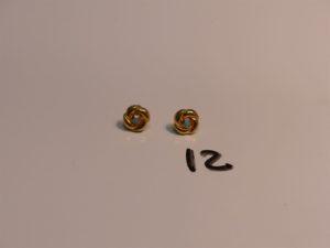 1 paire de boucles en or 22K ornées d'une petite perle turquoise. PB 1,6g
